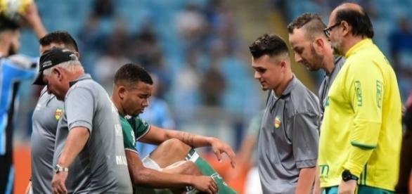 Observado pelo médico Rubens Sampaio, Gabriel Jesus deixa Arena do Grêmio com dores na virilha (Foto: Futura Press)