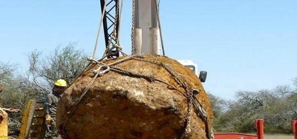 Trabalhadores usam máquinas para recuperar meteorito (Daily Mail)