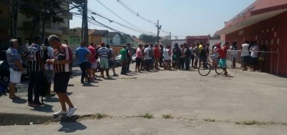 Tricolores ormam longas filas em busca de ingressos para confronto diante do Atlético-MG em Édson Passos (Foto: Renan Mafra/Fut Rio)