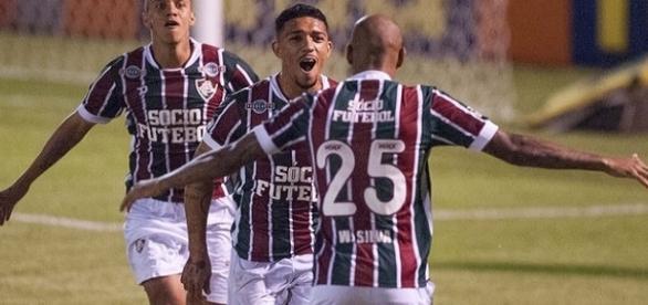 Abraçado por Wellignton Silva (camisa 25) e Marcos Júnior, Douglas (ao centro) vibra com gol nos 4 a 2 do Flu em Édson Passos (Foto: Fred Huber/GE)