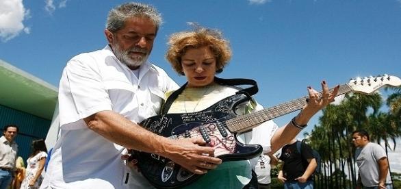 Ex-presidente Lula e sua esposa Marisa Letícia comemorando os instrumentos doados.