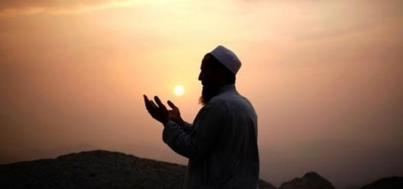Modlitwa przed zachodem słońca