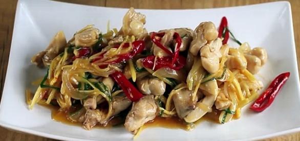 Receta de salteado de pollo con jengibre, un plato delicioso lleno de aromas y un sabor muy exótico. Pinterest