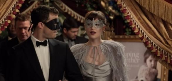 Christian e Ana no baile a fantasia (Foto: Universal Pictures/Youtube)