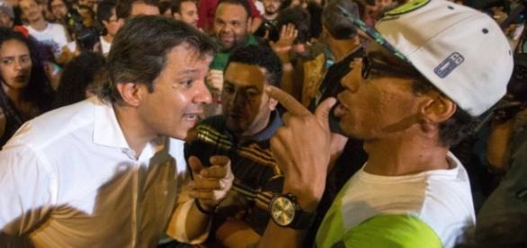 Fernando Haddad discute com moradores de rua