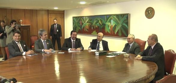 Governo anuncia projeto de privatização de empresas estatais financiadas com dinheiro público.