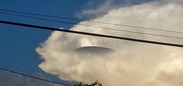 Imagens de OVNI passando por trás de nuvesn.