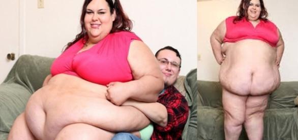 Mónica Riley posa con su novio orgullosa de su logro