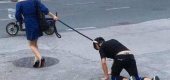 Mulher carrega homem pelas ruas da china