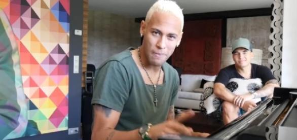 Neymar divulga vídeo cantando e é detonado nas redes sociais