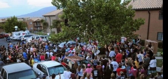 Vizinhos fazem vigília após a morte da menina.