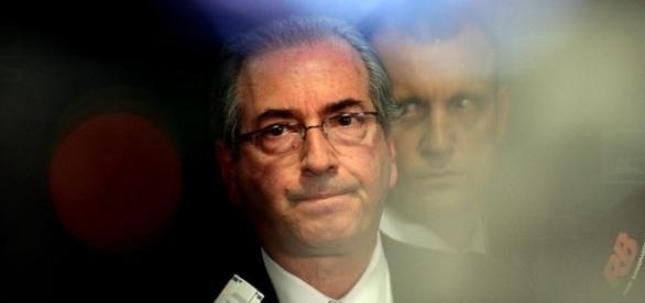 Ex-deputado Eduardo Cunha ouviu vaias de alguns, mas tirou muitas selfies e ouviu elogios, no saguão do aeroporto (Wilson Dias/Agência Brasil)