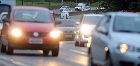 A lei que entrou em vigor dia 8 de julho obrigava motoristas a transitar por rodovias com o farol baixo aceso