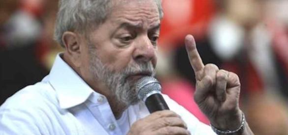 Lula se emociona e chora em coletiva