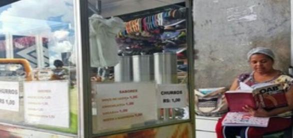 Uma vendedora de churros trabalha forte para pagar o curso de direito e a escola de seus filhos