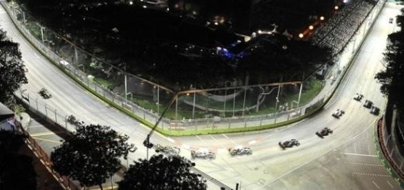 A corrida noturna no Circuito de Marina Bay promete uma grande disputa entre Mercedes, RBR e Ferrari.