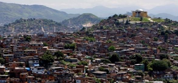Na imagem uma das maiores comunidades do Rio de Janeiro, ela foi pacificada em 2010, mas ainda sofre com conflitos diários entre a polícia e bandidos.