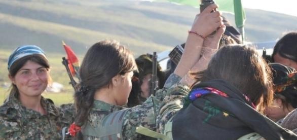Młode jezydki cieszą się z tego, że odpłacą katom z ISIS. Zdjęcie agencji prasowej kurdyjskiej armii powstańczej. CC BY 2.0