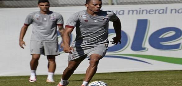 William Matheus (com a bola) pode ser substituído por Giovanni no domingo (Foto: Mailson Santana/Divulgação FFC)