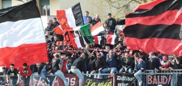 Alcuni tifosi della Lucchese (foto: GazzettaLucchese)