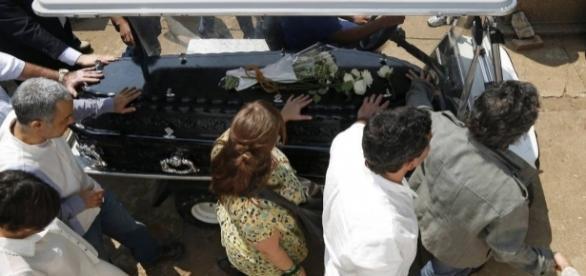 O enterro de Domingos Montagner contou com a presença de centenas de pessoas