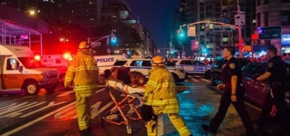 Policiais atendem vítimas que ficaram feridas.