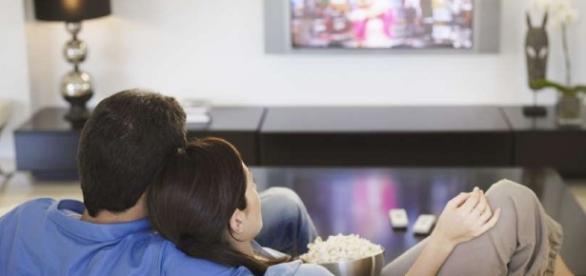 Casais que assistem programas juntos são mais felizes.