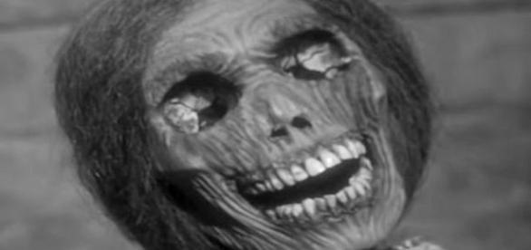 No filme psicose, foto acima, cadáver da mãe do assassino era guardado num sótão (Paramount Pictures)