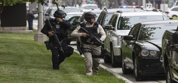 Policiais armados fazem segurança no local