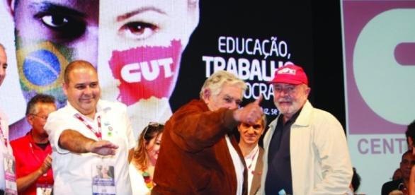 Presidente da CUT e ex-presidente Lula dando discurso para militantes do PT