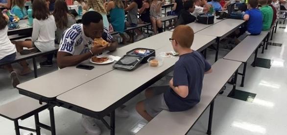 A foto do jogador almoçando com o garoto emocionou as pessoas
