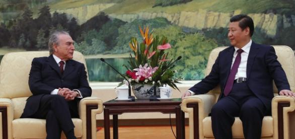 Michel Temer e Xi Jinping assinando acordos de investimentos