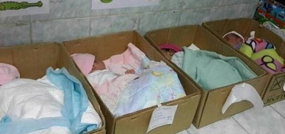 Bebês dormem em caixas de papelão na Venezuela