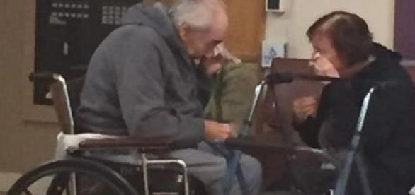 Casal de idosos chora ao se reencontrar