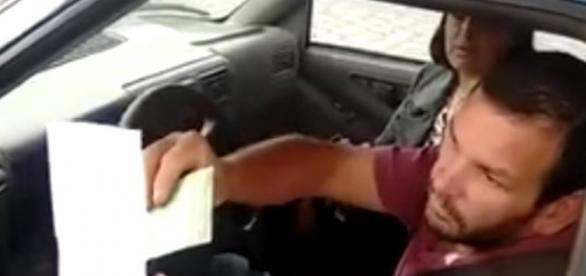 Casal evangélico tenta pagar dívida de R$ 115 em posto de combustível com pedaço de papel em branco 'ungido'
