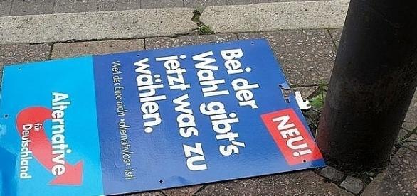 Plakat AfD zrzucony na ziemię w Akwizgranie – zachodnia część Niemiec jest już chyba stracona. Fot.: Túrelio. CC B-Y 3.0