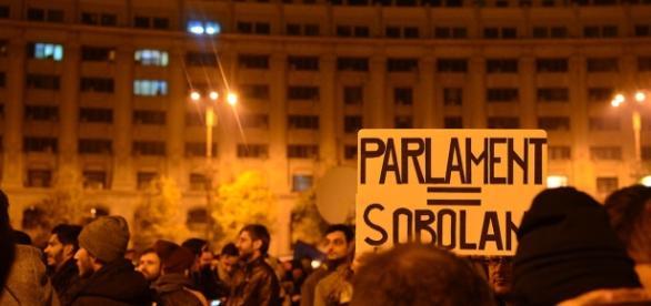 Românii se strâng în fața Parlamentului pentru a își urla nemulțumirea
