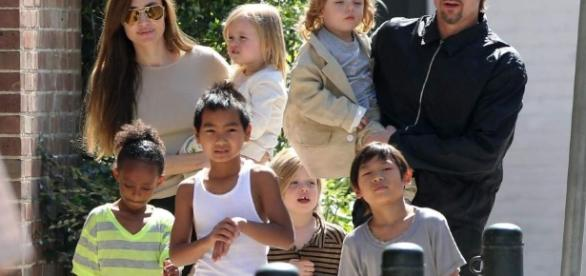 Angelina Jolie y Brad Pitt acompañados de sus hijos.