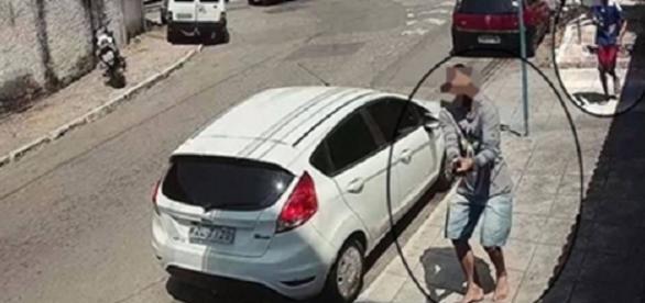 Dois suspeitos são flagrados por câmeras de segurança