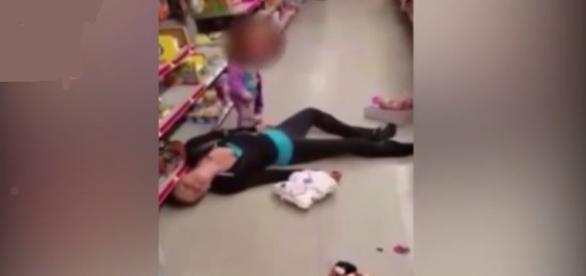 Menina se desespera ao ver mãe desmaiada por causa de uma overdose.
