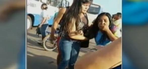 Na imagem um colega que acompanhava a jovem no caminho da escola, totalmente consternado com a sua morte imprevisível.