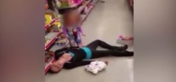 Para a polícia, a mulher disse não ter tido overdose, afirmou que apenas adormeceu no corredor da loja