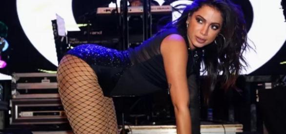 Anitta faz foto de calcinha e quebra web