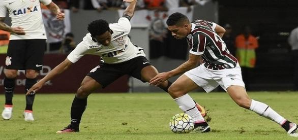 Douglas (com a bola) e Elias na vitória do Fluminense sobre o Corinthians pelo Brasileirão de 2016 (Foto: Globoesporte)