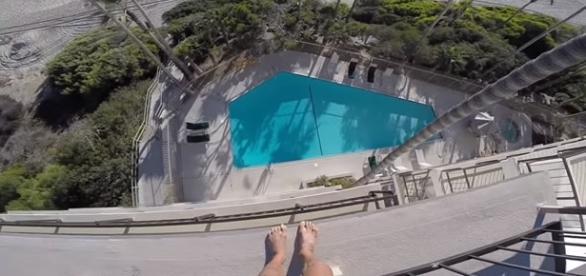 Homem pula de quinto andar de prédio e filma tudo