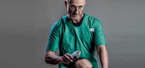 Imagens do doutor Carnaverro responsável por comandar estudos referentes ao transplante de cabeça.