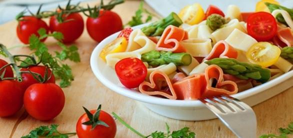 Macarrão e legumes com formato de coração