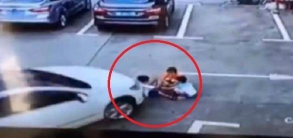 Momento em que três crianças foram atropeladas na China.