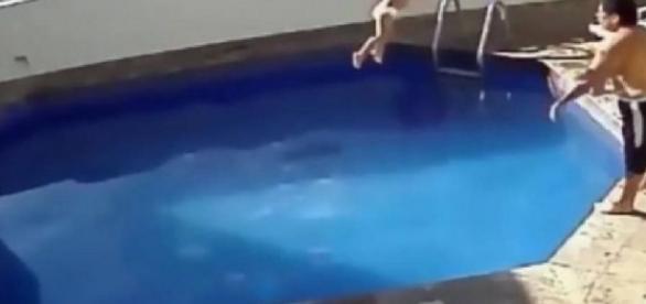 Homem joga a enteada em piscina e ela morre