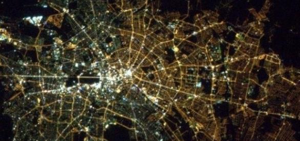 La divisione tra est ed ovest catturata dalla diversa illuminazione.